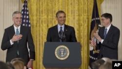 奥巴马总统1月25日在白宫提名麦克唐纳(左)为新的白宫办公厅主任,现任白宫办公厅主任杰克.卢站在右边