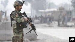 یو افغان ملي سرتیری د جلال آباد د هوايي ډګر دباندي امنیتي وضع څاري.