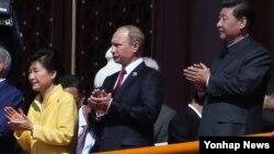 박근혜 한국 대통령(왼쪽)이 블라디미르 푸틴 러시아 대통령(가운데), 시진핑 중국 국가주석(오른쪽)과 함께 3일 오전 베이징 톈안먼 성루 위에서 중국의 항일 전쟁 승리 70주년 열병식을 지켜보고 있다.