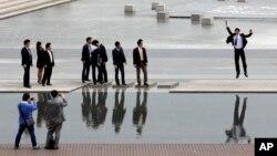한국 서울의 직장인들이 점심 시간 동료들과 함께 거리에서 사진을 찍고 있다. (자료사진)