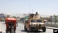 غزنی میں افغان سیکیورٹی فورسز گشت کر رہی ہیں۔ فائل