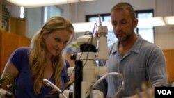 霍德尔夫妇在实验室工作(美国之音国符拍摄)