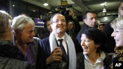 Kandidat Capres Perancis dari Partai Socialist, Francois Hollande, di bandara Brive, Perancis (22/4)