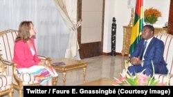 Le président Faure Gnassingbé et l'envoyée spéciale du Président de la République française pour l'Alliance Solaire Internationale (ASI) échangent sur la stratégie d'électrification du Togo, Lomé, 27 juin 2018. (Twitter/ Faure E. Gnassingbé)
