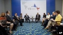 Los presidentes Obama y Castro, y sus respectivas comitivas, reunidos durante la Cumbre de las Américas en Panamá, la semana pasada.