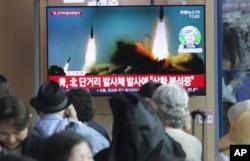 2019年5月4日,人們在南韓首爾火車站內觀看電視播放北韓發射飛彈的新聞。