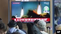 2019年5月4日,韩国首尔火车站,人们观看电视播放朝鲜射弹的新闻。