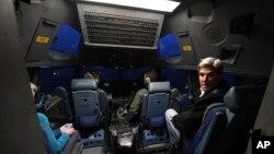 جان کری داخل کابین خلبان هواپیمایی که به سمت جنوبگان در حال پرواز است