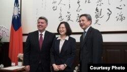 台灣總統蔡英文會見美國參議員加德納(左)與美國在台協會處長梅健華(台灣總統府圖片)