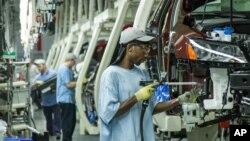 Một số công nhân bỏ phiếu chống quy tránh nhiệm cho công đoàn về tình hình sa sút của ngành sản xuất ô tô ở Mỹ.