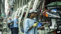 Para pekerja di pabrik Volkswagen merakit VW Passat di Chattanooga, negara bagian Tennessee (foto: dok).