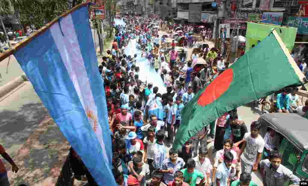In the streets of Bangladesh, World Cup flags, tee-shirts and other memorabilia are on sale everywhere as excitement grows days before the event begins in Brazil, June 8, 2014. (VOA)