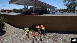 مردم با گذاشتن گل و شمع، آیین یادبود کوچکی را در محل درگذشت «الایژا الامین» در نزدیکی خواربارفروشی پمپ بنزینی در شهر پیوریا در ایالت آریزونا برپا کردند - ۹ ژوئیه ۲۰۱۹