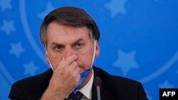 Tổng thống Brazil Jair Bolsonaro bị các thống đốc ở nước này lên án vì ông ưu tiên bảo vệ nền kinh tế hơn các biện pháp giãn cách xã hội để chống lại sự lây lan của virus corona.