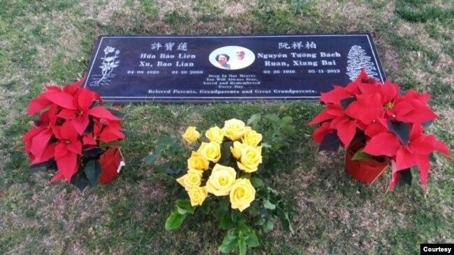 Bia mộ của BS Nguyễn Tường Bách và Hứa Bảo Liên tại nghĩa trang Đồi Hồng / Rose Hill, Whittier, California. [hình từ album gia đình Lý Trung Nhân, con trai BS Lý Hồng Chương, con rể BS Nguyễn Tường Bách]