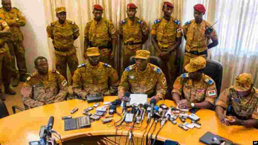 Le général Honoré Nabere Traoré, troisième devant à gauche, annonce la fin du régime de Compaoré et la prise du pouvoir par des militaires, 31 octobre 2014. (AP Photo/Theo Renaut)
