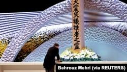 Perdana Menteri Jepang Yoshihide Suga meletakkan bunga di depan altar untuk para korban gempa bumi dan tsunami pada upacara peringatan 10 tahun bencana tersebut, di Tokyo, Jepang 11 Maret 2021. (Foto: Behrouz Mehri via Reuters)