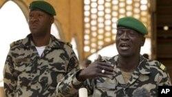 Amadou Haya Sanogo,(droite), 30 mars 2012.