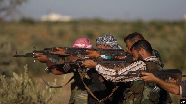 Thành viên nhóm Quân đội Syria Tự do tập luyện trong vùng ngoại ô thành phố Idlib, Syria