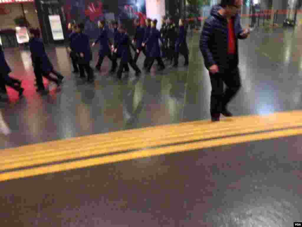 周六晚7:50许,北京国家大剧院女服务员排队离场。(美国之音叶兵拍摄)