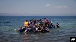 작은 고무보트를 타고 그리스로 향하는 난민들 (자료사진)