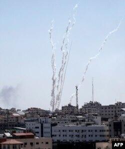 Mayın 4-də Qəzza zolağında çəkilmiş bu fotoda İsrailə doğru raketlərin atıldığı göstərilir.