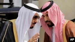 محمد بن سلمان در کنار پدرش ملک سلمان، پادشاه عربستان