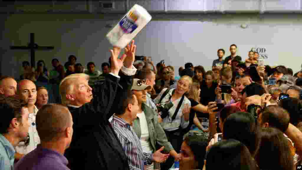 Дональд Трамп оказывает помощь пострадавшим от урагана в Пуэрто-Рико (Фото: AP/Evan Vucci)