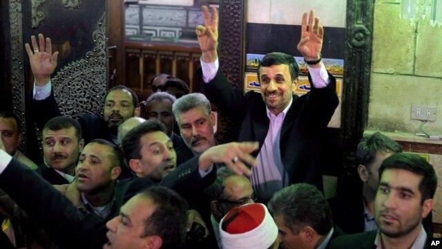 Presiden Iran Mahmoud Ahmadinejad melambai kepada warga Mesir setelah mengunjungi makam Imam Hussein di Kairo, Mesir (5/2).