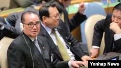 리수용 북한 외무상(왼쪽)이 24일 미국 뉴욕 유엔본부에서 열린 제69차 유엔총회에 참석해 각국 정상의 기조연설을 듣고 있다.