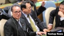 리수용 북한 외무상(왼쪽)이 지난 9월 미국 뉴욕 유엔본부에서 열린 제69차 유엔총회에 참석해 각국 정상의 기조연설을 듣고 있다. (자료사진)