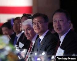 문재인(오른쪽 두번째) 한국 대통령이 28일 워싱턴 DC 미국 상공회의소에서 열린 비즈니스 서밋에서 양국 경제인들과 함께 자리한 모습.