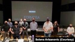 "Selena Arizanović, muzička direktorka filmske kuće ""Solstice Studios"", sa ekipom filma ""Unhinged""."