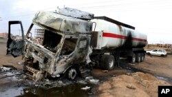 26일 수단 카르틈의 한 주유소에서 유조차가 시위대에 파괴됐다.