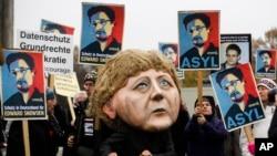 Alman parlamentosu önünde ABD'nin casusluk faaaliyetlerini protesto eden göstericiler