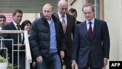 Премьер-министр РФ Владимир Путин (в центре) с представителями МОК. Сочи. Россия. 13 октября 2010 года