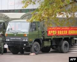 乌鲁木齐卡车上的标语宣扬民族团结