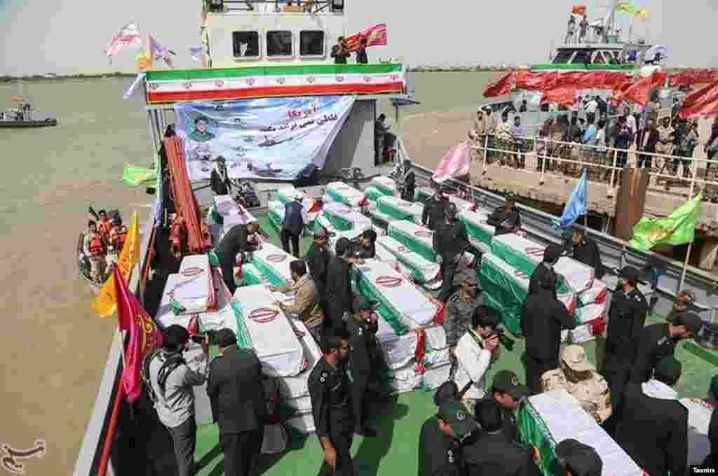 خبرگزاری تسنیم از «ورود پیکر ۱۳۰ شهید تازه تفحص شده» از مرز آبادان خبر داد. عکس: مرتضی جابریان