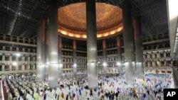 Muslimani u Indoneziji na večernjoj molitvi uoči početka svetog meseca Ramazana