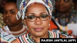 La reine zouloue Mantfombi Dlamini Zulu assiste au festival de ' Zulu 200' célébrant l'existence de la nation zouloue à l'aéroport international King Shaka à Durban, le 22 septembre 2013.