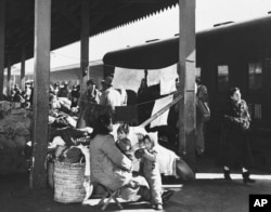 历史照片:国民党军队的家属拥挤在上海火车站的站台上,等待南撤的火车能有自己的位置。(1949年2月2日)