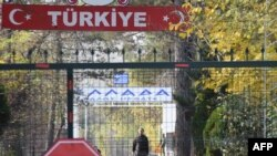 지난 11일 그리스 국경과 인접한 터키 파자르쿨레에서 터키 정부가 추방한 미국 출신 IS 포로로 알려진 남성이 그리스 입국 거절을 당한 후 검문소 앞에 서 있다.