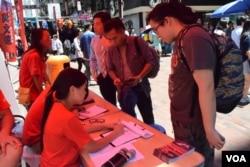社民連主席吳文遠設街站收集選民簽名提名參選立法會九龍西地區直選。(美國之音湯惠芸)