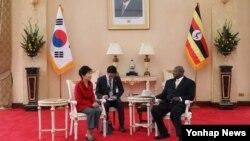 박근혜 한국 대통령과 요웨리 무세베니 우간다 대통령이 지난달 29일 정상회담을 하고 있다.