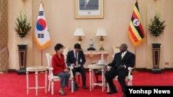 지난달 29일 우간다를 방문한 박근혜 한국 대통령이 요웨리 무세베니 우간다 대통령과 정상회담을 하고 있다. (자료사진)