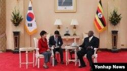 박근혜 한국 대통령이 지난달 29일 우간다를 방문하고 요웨리 무세베니 대통령과 정상회담을 가졌다.