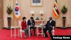 아프리카를 순방 중인 박근혜 한국 대통령(왼쪽)과 29일 요웨리 무세베니 우간다 대통령과 정상회담을 하고 있다.