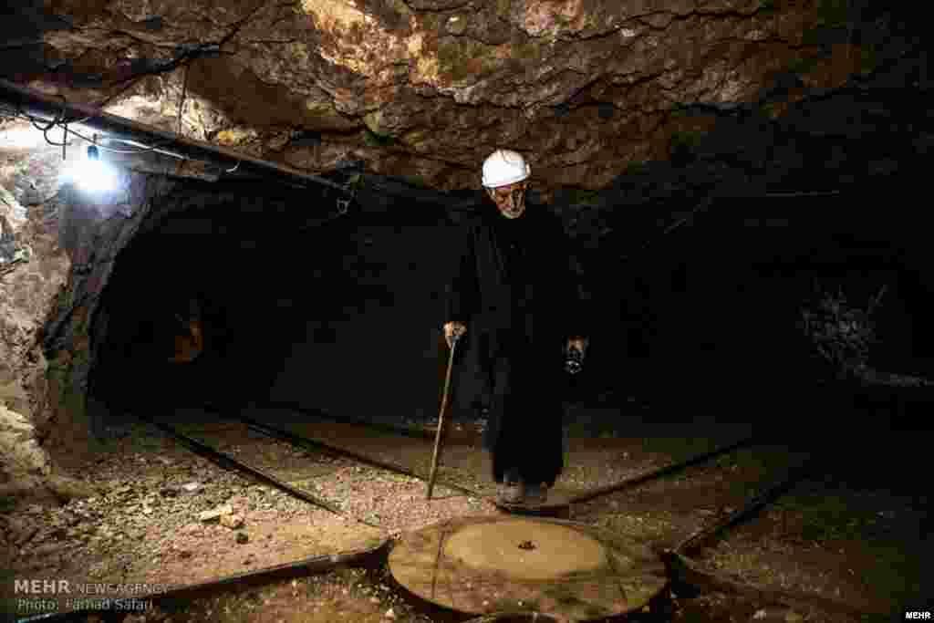 خبرگزاری مهر مجموعه عکس هایی از حسن افخمی منتشر کرده و عنوان او را گذاشته «پیرمرد فیروزه ای» او در ۵۰ کیلومتری نیشابور معروف ترین فیروزه دنیا را استخراج می کند. عکس: فرهاد صفری