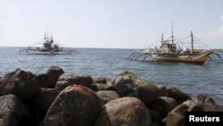 停靠在菲律宾北部海滨的渔船