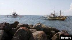 Tàu đánh cá của ngư dân Philippines bị tuần duyên Trung Quốc dùng vòi rồng tấn công trong khi neo đậu tại bờ biển của thị trấn Infanta, Pangasinan, miền bắc Philippines, 22/4/2015.